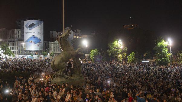 Συγκέντρωση διαμαρτυρίας μπροστά από το κοινοβούλιο της Σερβίας