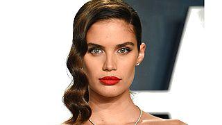Dünyaca ünlü moda dergisi Vogue Portekiz'deki baskısı sebebiyle 'zihinsel engellilerden' özür diledi