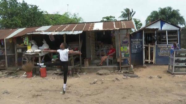 الطفل أنتوني يتمرن على الرقص في الشارع أمام دكان أمه - لاغوس/نيجيريا - 2020/07/03