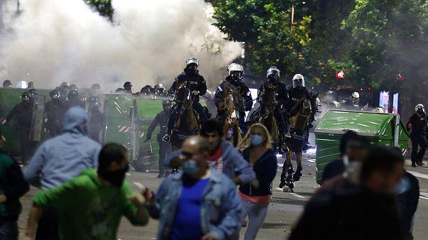 tüntetés Belgrádban a kijárási tilalom ellen