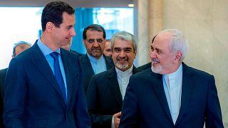 الرئيس السوري بشار الأسد متحدثًا مع وزير الخارجية الإيراني محمد جواد ظريف في دمشق، سوريا، الثلاثاء 16 أبريل 2019.