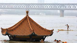 نهر يانغتسي يغمر الضفاف في ووهان الواقعة في محافظة هوبي وسط الصين - 2020/07/08