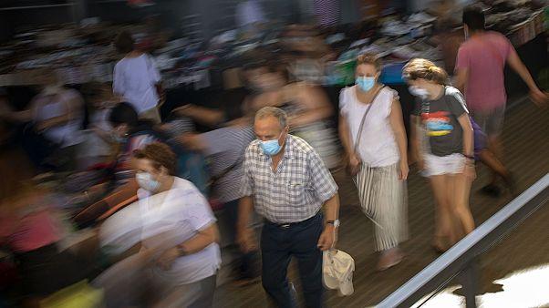 Clients d'un marché de Barcelone en Espagne, le 8 juillet 2020