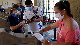 Empleados y visitantes llevan máscara en PortAventura