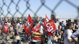 Dipendenti e sindacalisti della CGT manifestano davanti agli stabilimenti francesi di Airbus a Tolosa