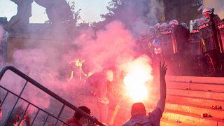 Sırbistan'da Covid-19 önlemleri protesto edildi
