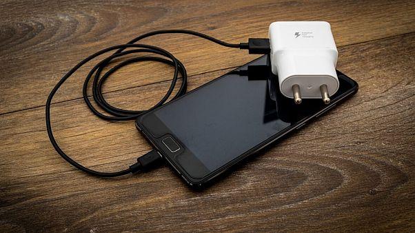 سامسونگ شارژر را از بسته محصولات تلفن همراه خود حذف میکند