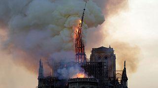 La flèche de Notre-Dame, en flammes, en train de s'effondrer, le 15 avril 2019