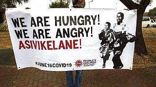 """""""Temos fome; estamos zangados"""" lia-se num cartaz no Soweto, na África do Sul"""
