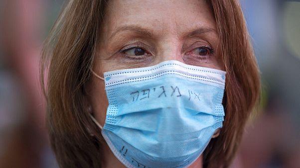 Protest gegen Regierungschef Netanjahu - mit Maske