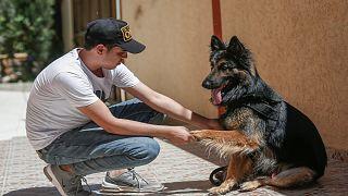 الشاب الفلسطيني أسامة الدحدوح يلعب مع كلبه ستيف في مدينة غزة