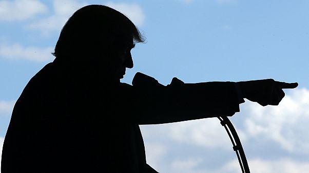 Donald Trump amerikai katonákat üdvözöl egy olaszországi támaszponton