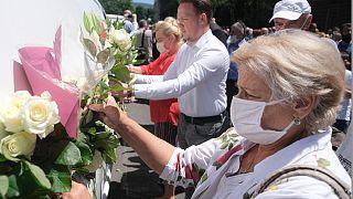 Des personnes assistent à l'inhumation de huit hommes et garçons décédés lors du massacre de Sebrenica identifiés 25 ans plus tard, le 9 juillet 2020
