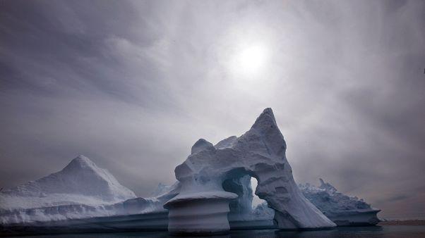 Grönland'da bir buzdağı (arşiv)
