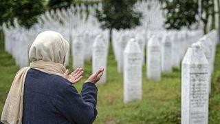 قبور ضحايا مجزرة سريبرينيتشا، في المقبرة التذكارية في بوتوكاري، بالقرب من سريبرينيتشا، شرق البوسنة، 8 يونيو 2021