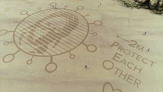 Arte na areia para lembrar importância do distanciamento social