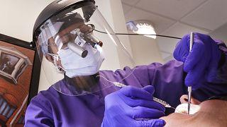 طبيبة تلبس المعدات الوقائية خلال فحصها لمريض في سياتل الأمريكية - 2020/05/27