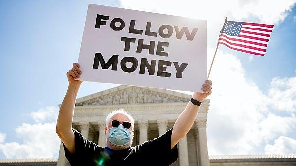 """""""Kövesd a pénz útját!"""" – az amerikai Legfelsőbb Bíróság ítéletére váró tüntető"""