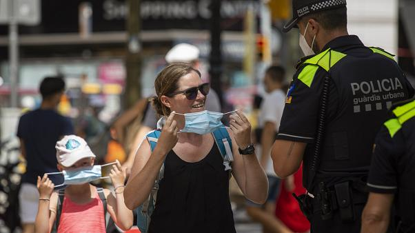 پلیس از زن اسپانیایی میخواهد که از ماسک استفاده کند