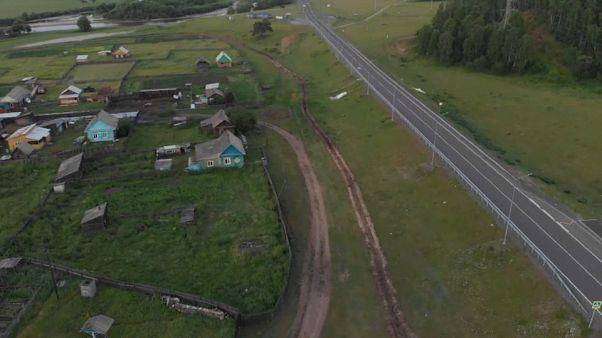 Des tranchées autour d'un village en Sibérie