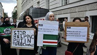 """Avusturya'da Çeçen muhaliflerin eylemi: """"Putin'in Çeçenleri öldürmesine yardım edilmesin"""""""