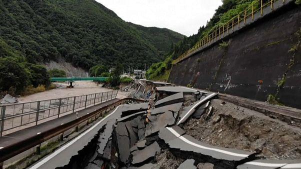 انهيار جزء من الفيضانات جراء الفيضانات في اليابان