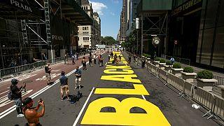 شعار «جان سیاهپوست ارزش دارد» کف خیابان مشرف به برج ترامپ نقش بست
