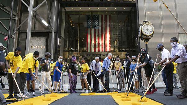 """""""Black lives matter"""" davanti alla Trump Tower: la sfida del sindaco di New York, de Blasio"""