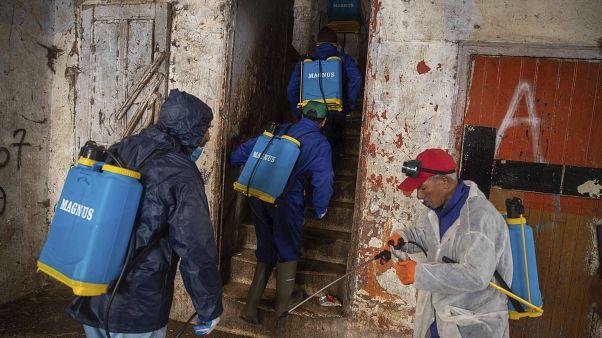 متطوعون يطهرون أحد المباني في المغرب