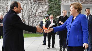 المستشارة الألمانية أنغيلا ميركل تصافح الرئيس المصري عبد الفتاح السيسي عند وصوله إلى برلين لحضور القمة الخاصة بليبيا - 2020/01/19
