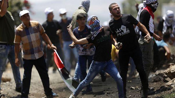 فلسطينيون يرمون القوات الإسرائيلية بالحجارة  قرب نابلس خلال الاحتجاج ضد ضم أجزاء من الضفة الغربية - 2020/07/03
