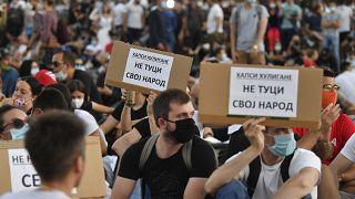 Los serbios desafían la prohibición de reunión tras dos días de violentas protestas