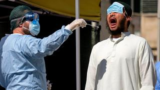 إجراء المسح للكشف عن الإصابة بكوفيد-19 في بنغلاديش
