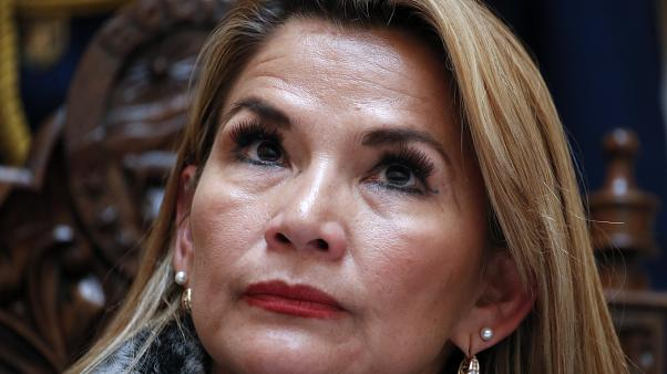 La presidenta interina de Bolivia, Jeanine Áñez, sufre covid-19