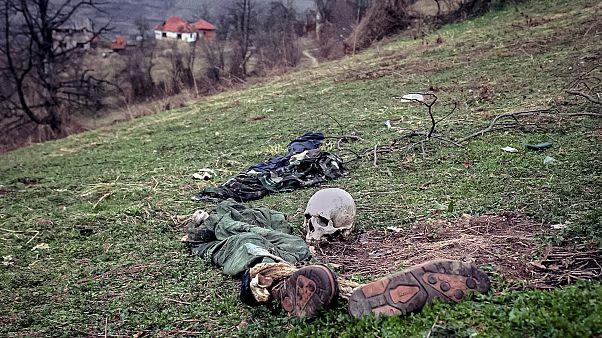 رفات أحد ضحايا المجزرة
