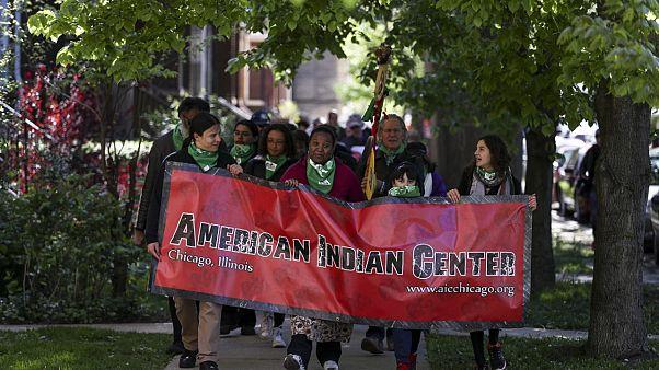 Chicago'daki Amerikan Yerlileri Derneği üyeleri yeni merkez binalarına yürürken