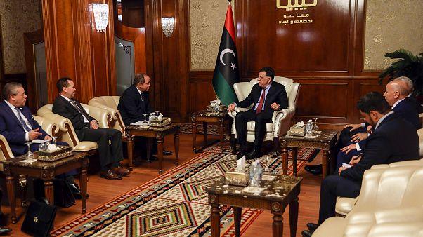 رئيس وزراء حكومة الوفاق الليبي المعترف بها من قبل الأمم المتحدة فايز السراج ووزير الخارجية الجزائري صبري بوقادوم
