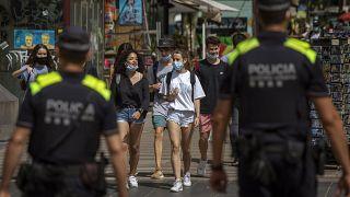 La policía controla el uso de las mascarillas en Las Ramblas de Barcelona