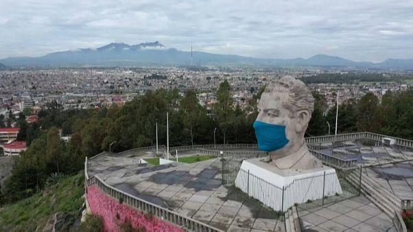 شاهد: وضع قناع على وجه تمثال عملاق للرئيس المكسيكي الأسبق للتوعية بمخاطر كورونا