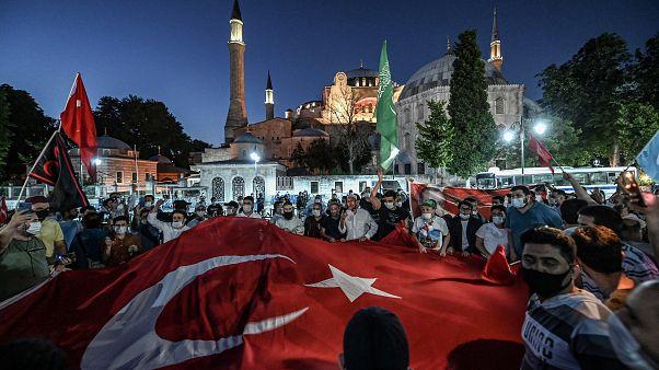 اتراك يحتفلون على مقربة من ايا صوفيا في اسطنبول