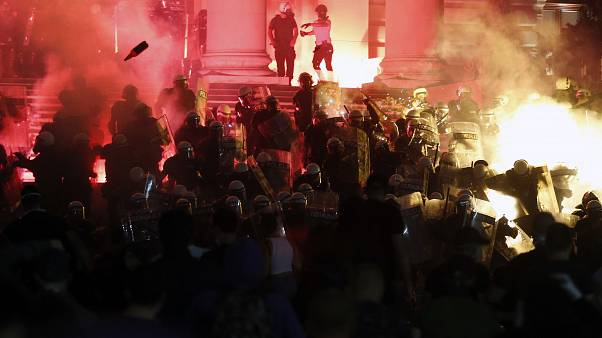 Háborús állapotok uralkodnak a belgrádi parlamentnél