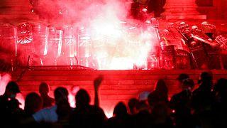 تظاهرات در برابر پارلمان صربستان در بلگراد