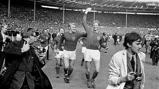 Jack Charlton sostiene el trofeo de ganador de la copa del mundo tras ganar la victoria de Inglaterra sobre Alemania por 4-0 en Wembley en 1966
