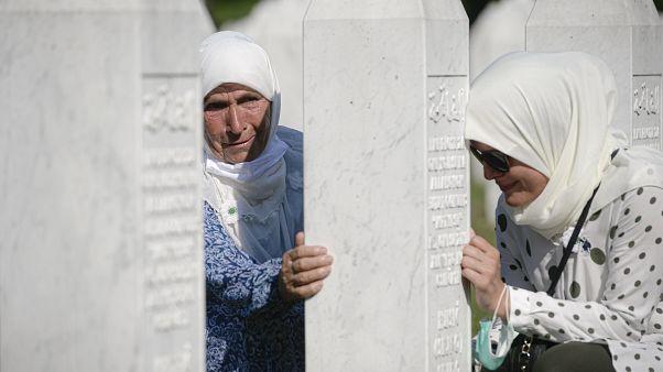 بعد 25 عاما على مذبحة سريبرينيتسا.. الناجون يدفنون بقايا ضحاياهم
