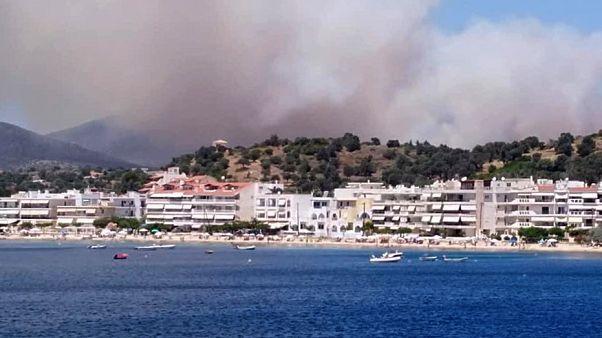 Εκκενώθηκε προληπτικά οικισμός στην Κάρυστο λόγω πυρκαγιάς