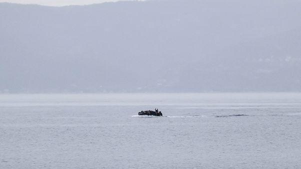 صورة لزورق ينقل مهاجرين على متنه بالقرب من الشواطئ اليونانية
