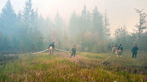 عمال من جهاز الدفاع المدني الروسي يعملون على إطفاء الحرائق في ياكوتيا (إقليم ساخا)