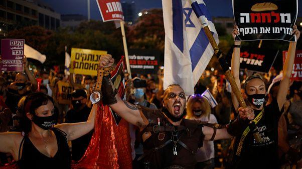 Manifestantes de máscara e sem distanciamento social em protesto em Israel