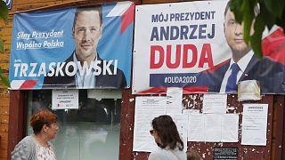 لافتات للرئيس دودا ومنافسه