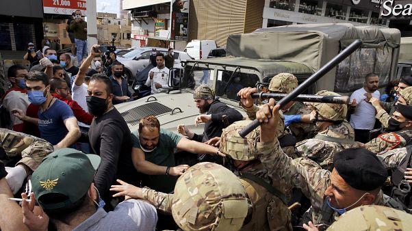 خلال مواجهة بين عناصر الجيش والمتظاهرين في زوق مصبح (جبل لبنان) في نيسان/أبريل الماضي